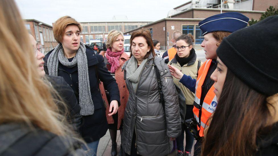 Equipos de rescate evacúan a las víctimas del atentado en la estación de metro de Maalbeek
