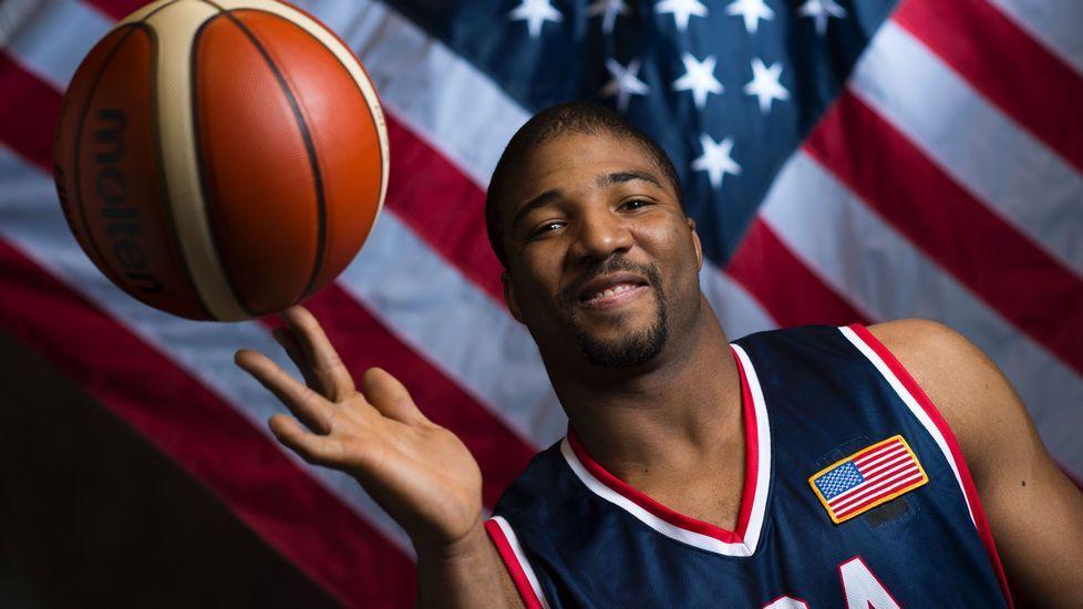 El jugador de baloncesto del equipo paralímpico Trevor Jenifer, posa para el reportaje