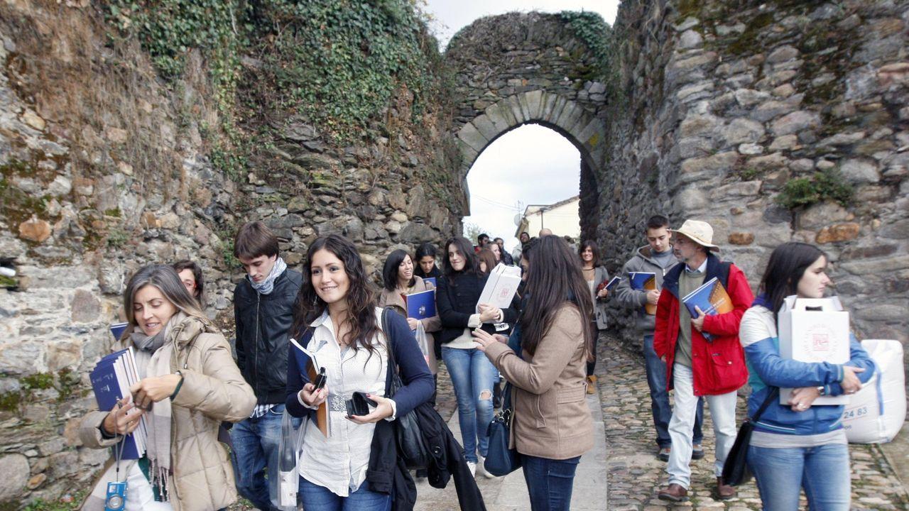 Alumnos de la escuela universitaria de turismo de A Coruña visitan el núcleo histórico de Monforte, en una imagen de archivo
