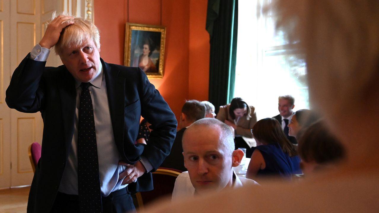 Johnson recibió a trabajadores de la sanidad, tras participar en el debate de la Camara de los Comunes