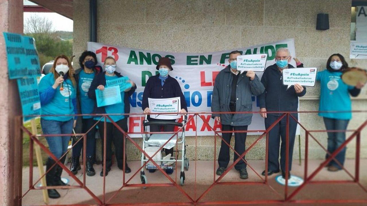 Personal y usuarios de un centro de mayores del Consorcio en Vilar de Santos durante el paro de tres horas del jueves reclamando estabilización laboral
