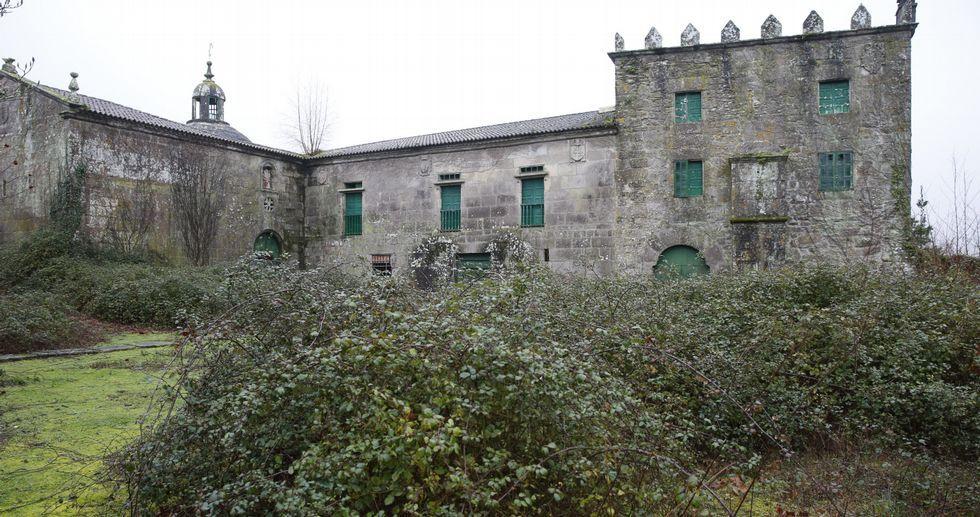 El pazo de Cadro lleva cerrado y deteriorándose desde que falleció su última residente, Cristina Lilliestierna, hace dieciséis años.
