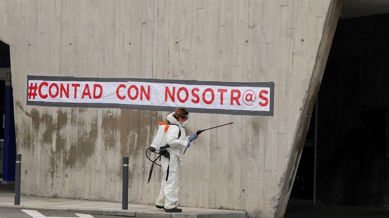 Trabajos de desinfección este lunes en el Hospital Universitario Central de Asturias (HUCA)