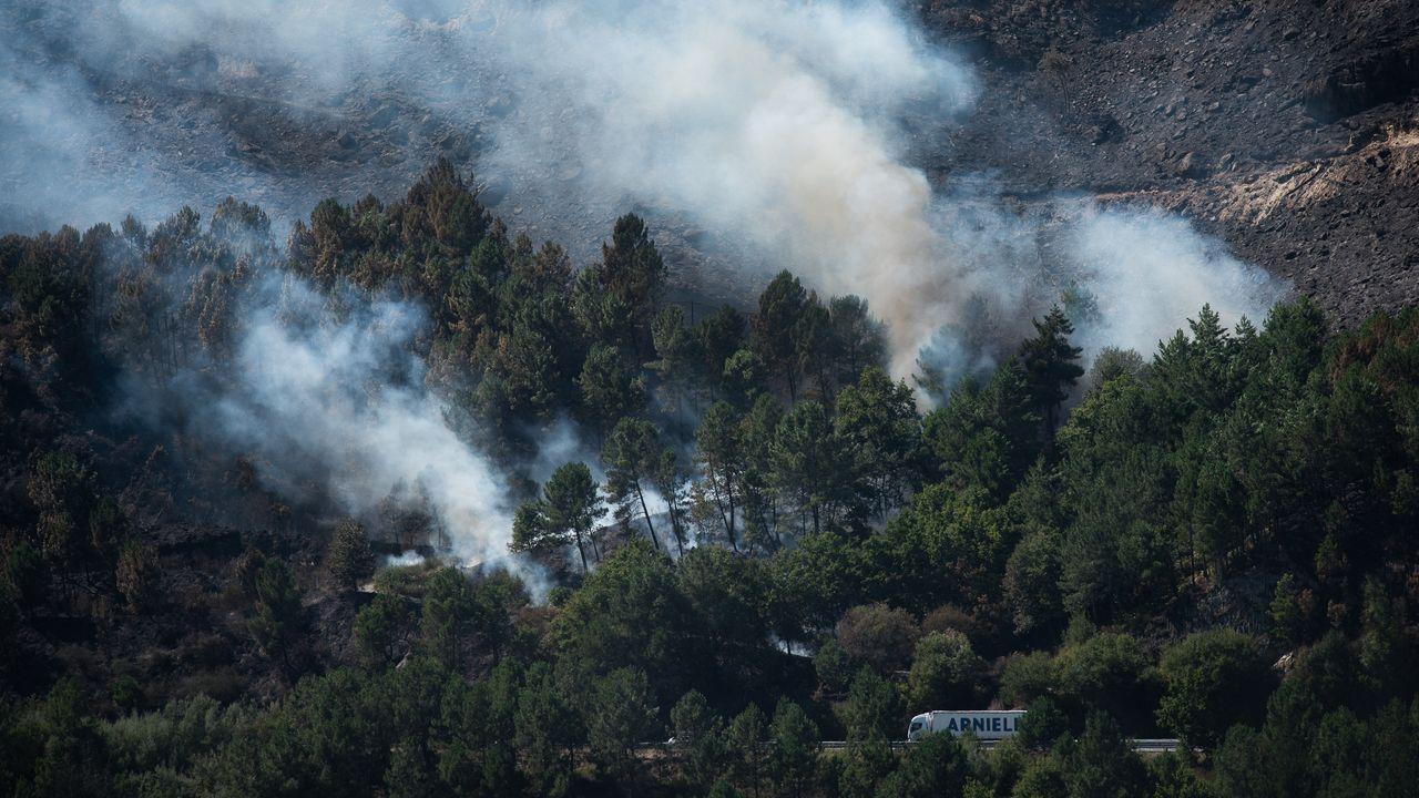 Las llamas devoran el monte en Culleredo.Imagen del incendio de Hospital a primera hora de esta mañana