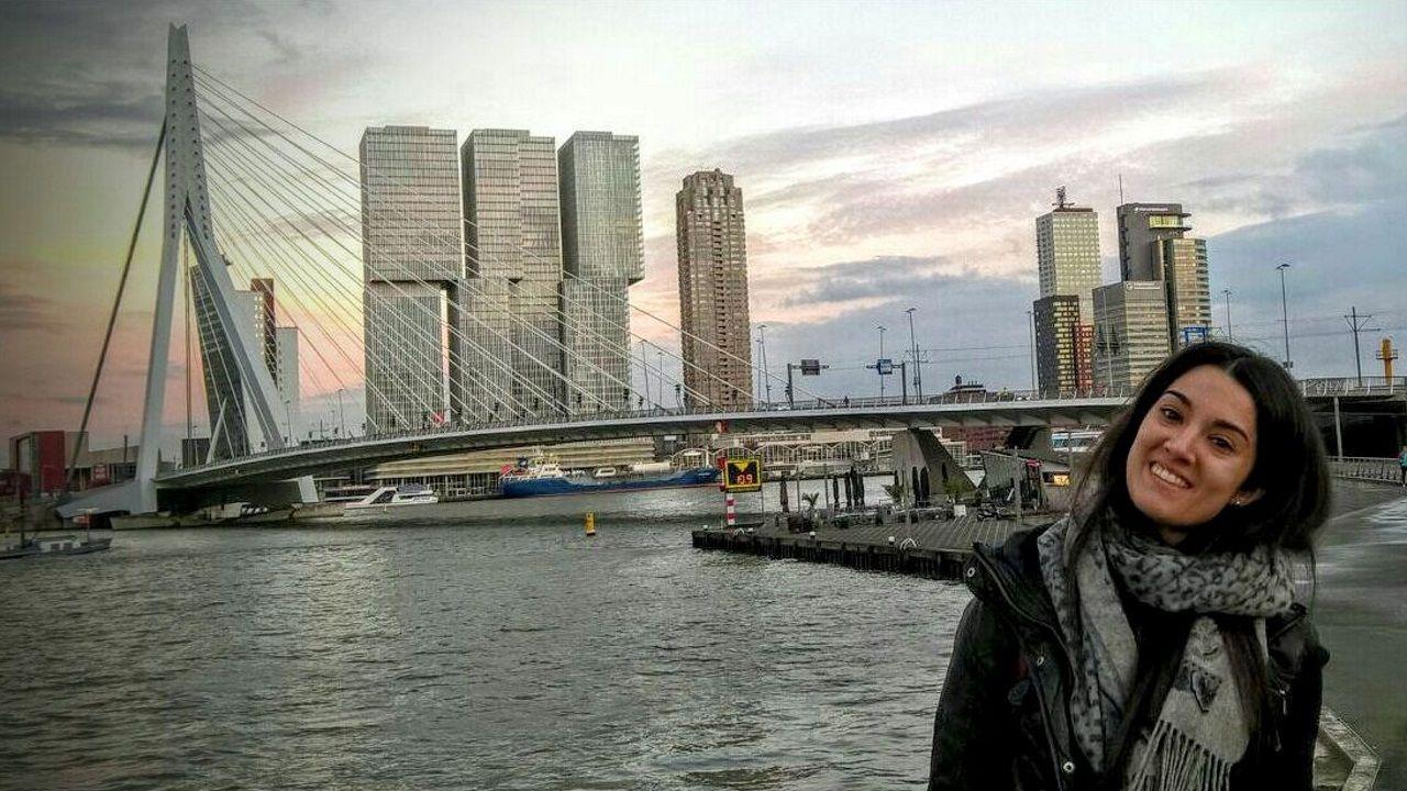 Mili.Paula Ramos, frente al puente Erasmo
