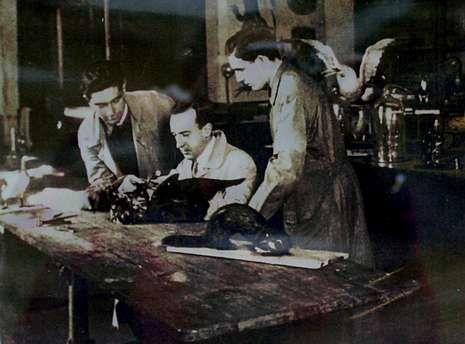 Luis Iglesias, en el centro, en el laboratorio de taxidermia junto a sus alumnos de Santiago