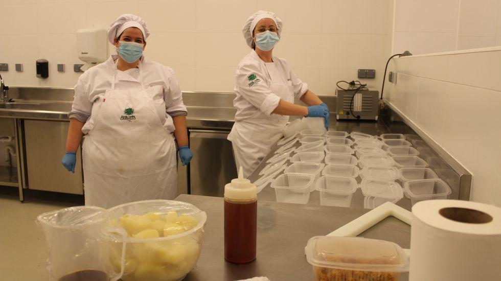 Rafa Centeno e Inés Abril, cocineros solidarios en Maruja Limón.Eva Queiruga alquiló hace un año un bajo para abrir una tienda de ropa y complementos en Ribeira