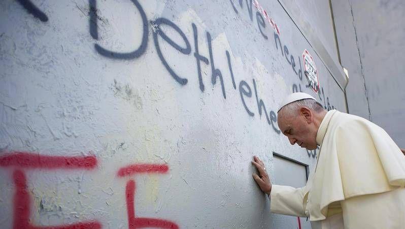 Bergoglio rompió el protocolo en Belén para rezar ante el muro que separa Cisjordania e Israel, en una clara crítica a la política israelí.