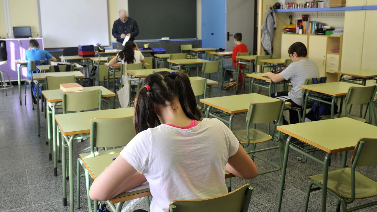 Una profesora explica en una sede de la Universidad de Oviedo las instrucciones básicas de la EBAU