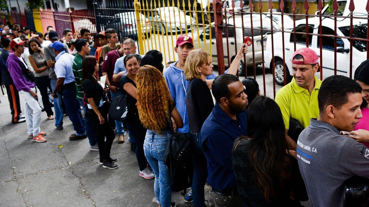 Venezolanos esperando para participar en el proceso electoral