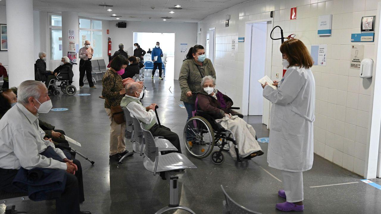 Inicio de la vacunación de los mayores de 80 años en un centro de salud de Madrid