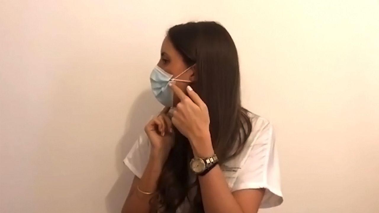 Uxía Fernández, médica del CHUAC, nos explica algún truco para usar las mascarillas.Escena de Match Point