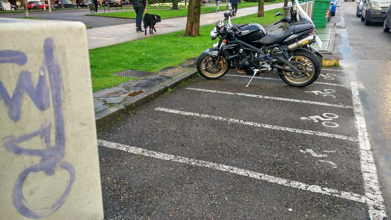 Una colección de motos en el «Laboratorio» de Sanxenxo.Un aparcamiento de motos en Gijón