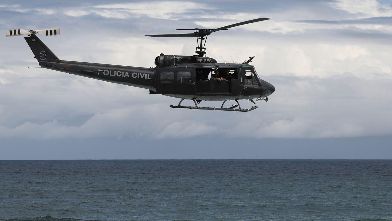 Un helicóptero vigila el cierre de las playas en Río de Janeiro, Brasil