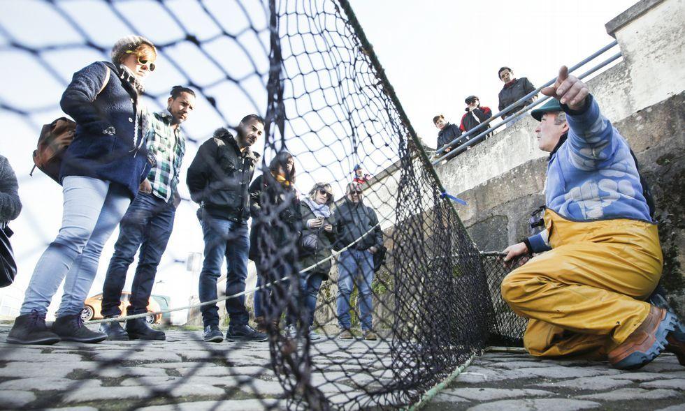 Antonio Pesados realizó una visita guiada por el muelle para explicar la pesca de la lamprea.