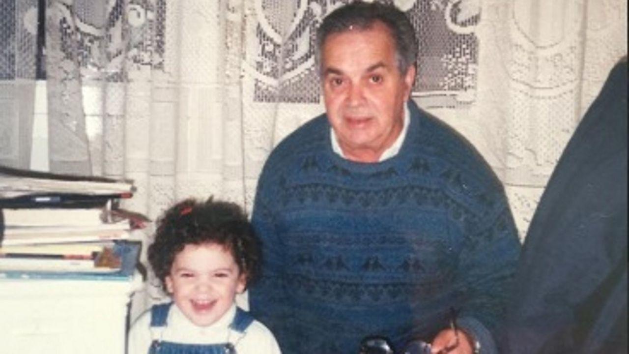 Celestino Fernández, que tenía 85 años cuando falleció, en una imagen con su nieta Yolanda Teijido