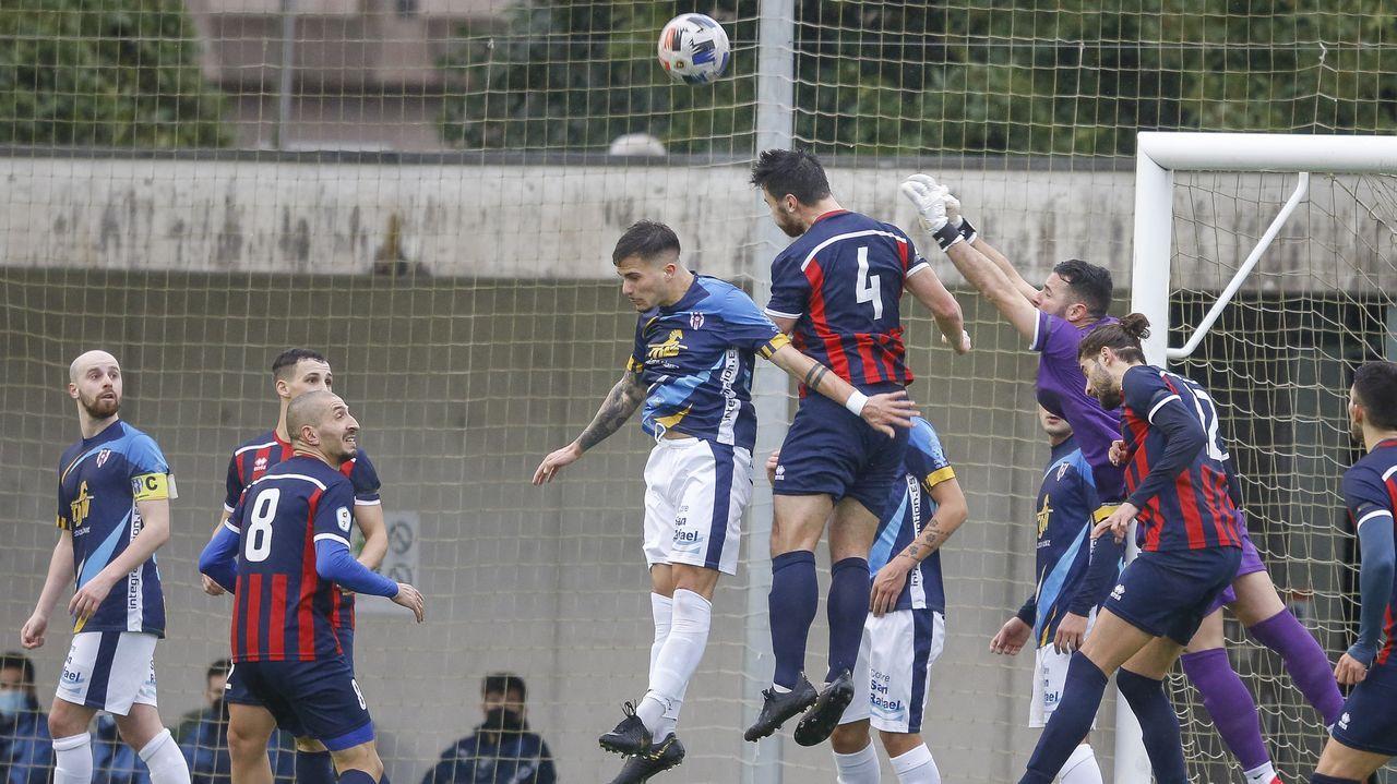 Triunfo del Pontevedra CF ante el Covadonga.Claudio Beauvue, en una ocasión del partido contra el Racing en A Malata