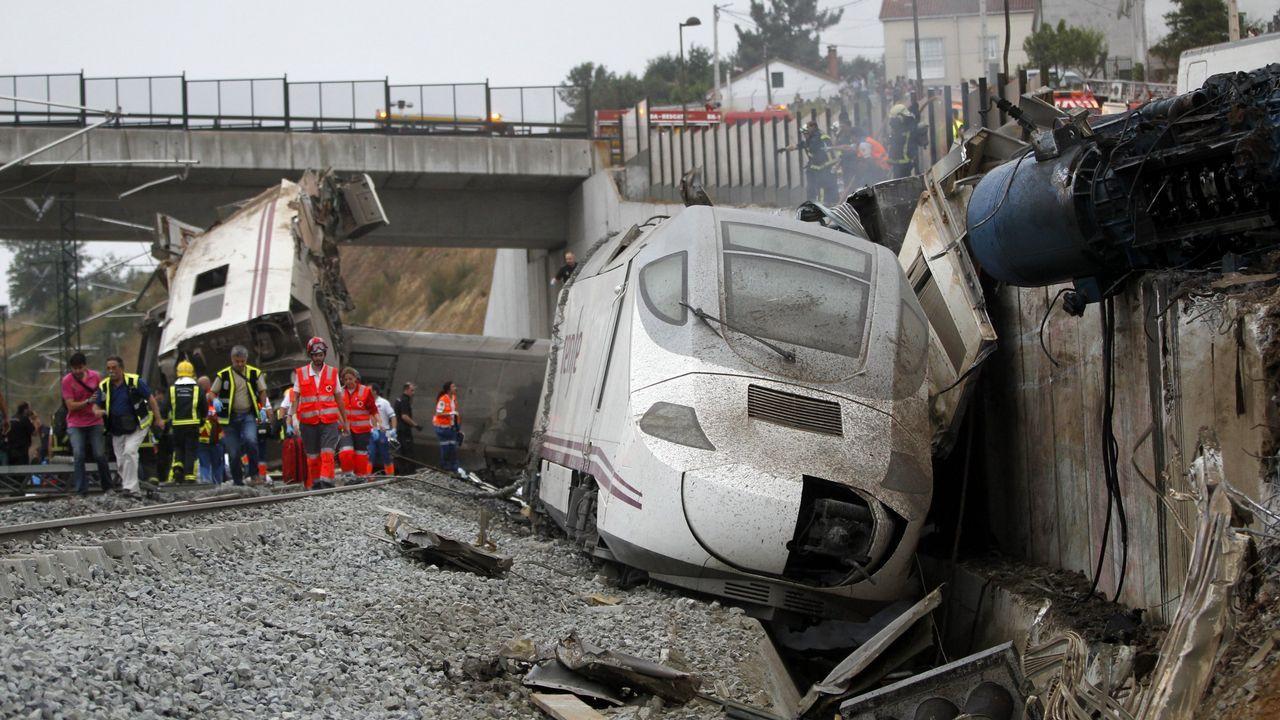 El informe de seguridad no evaluó el riesgo en la curva de Angrois.El tren Transcantábrico a su paso por Luarca