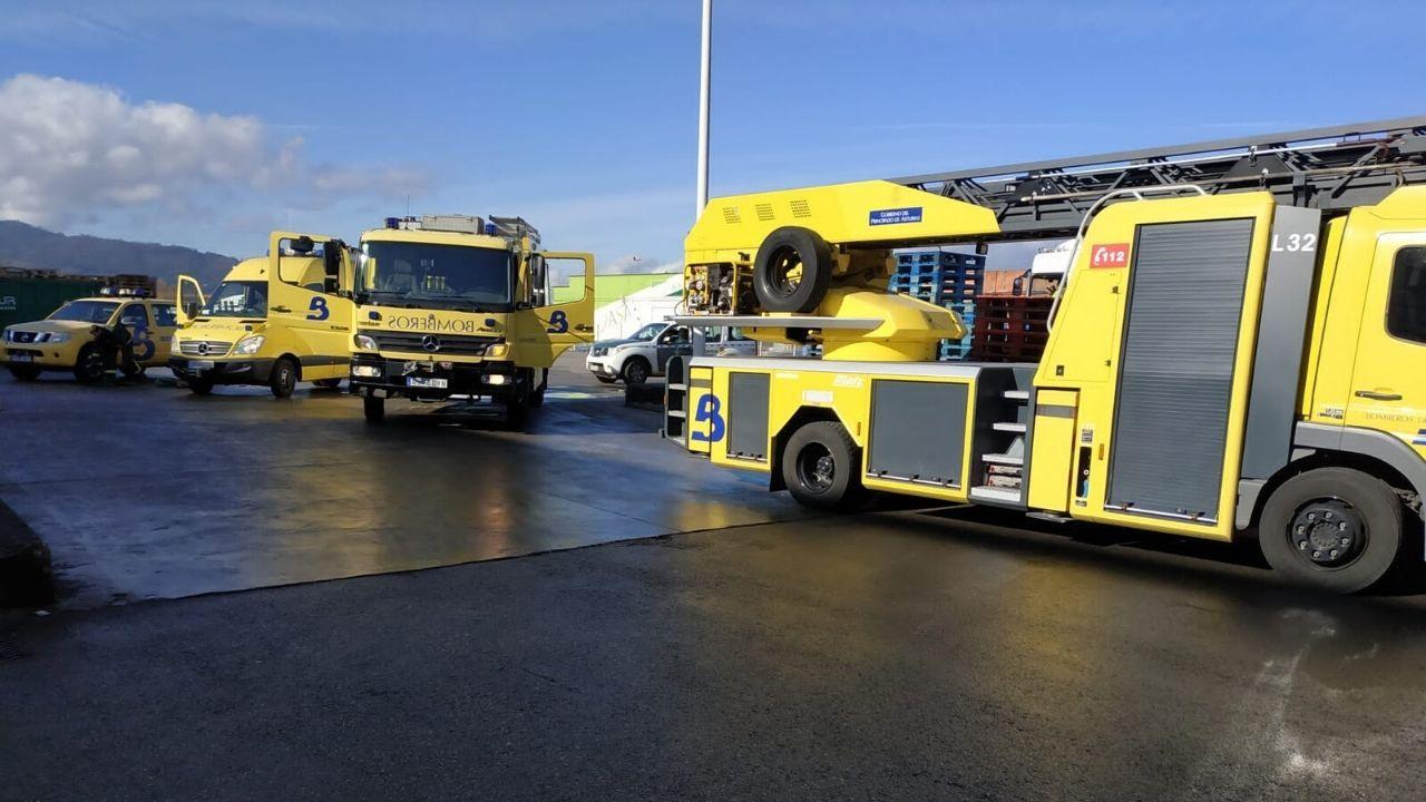 Dotación de bomberos en el accidente laboral en Siero