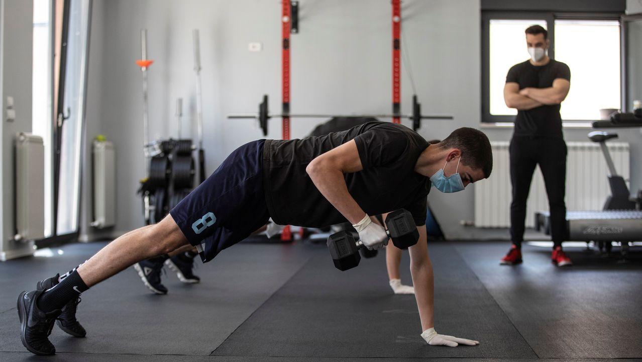 Usuarios de un gimnasio haciendo ejercicio en Belgrado, Serbia
