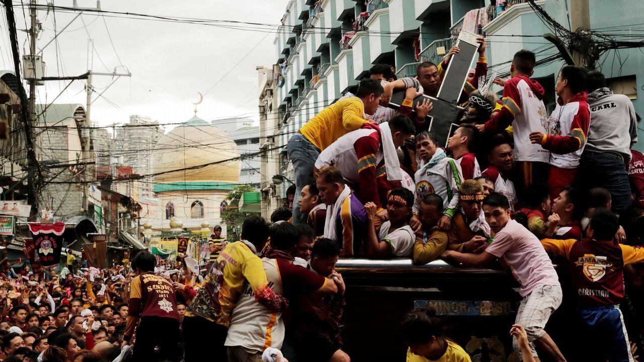 Miles de personas participan, un año más, en la procesión del Nazareno Negro por el casco antiguo de Manila (Filipinas)