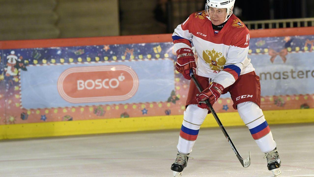 El presidente ruso, Vladímir Putin, juega al hockey sobre hielo, este lunes, en la pista instalada en la plaza Roja de Moscú