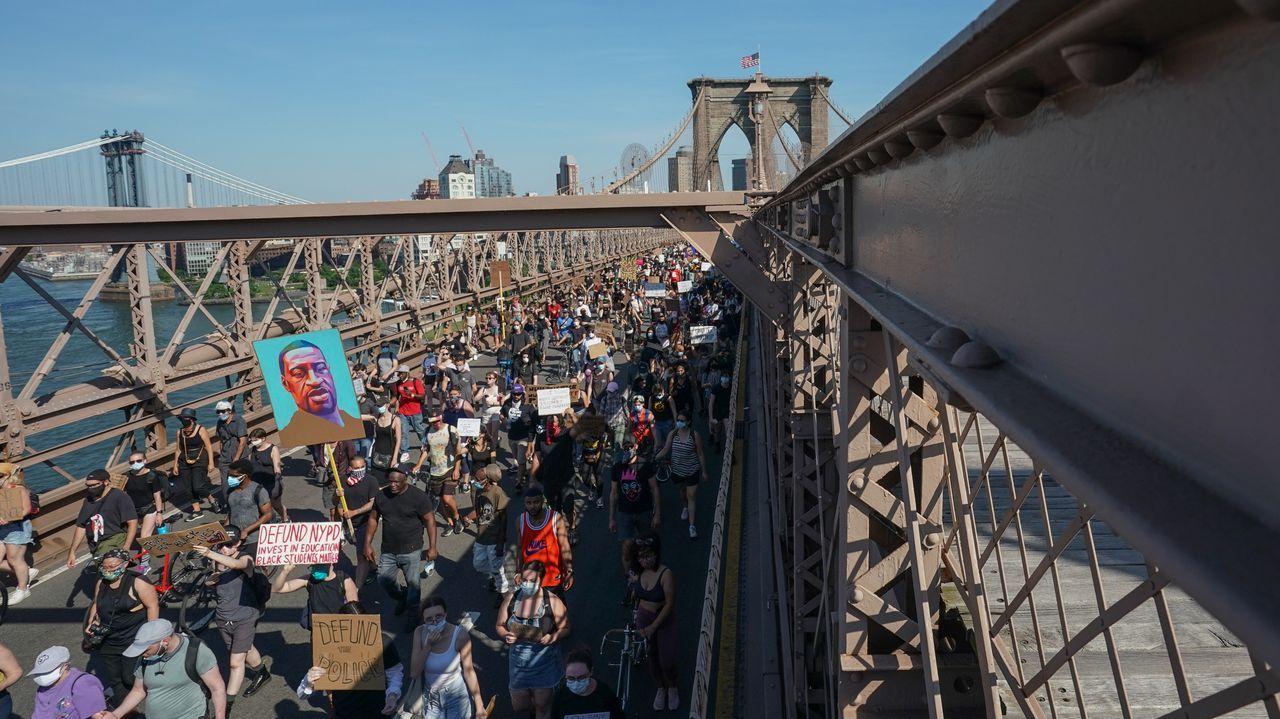 Unas 3.000 personas atravesaron el puente de Brooklyn liderados por el defensor del pueblo de Nueva York
