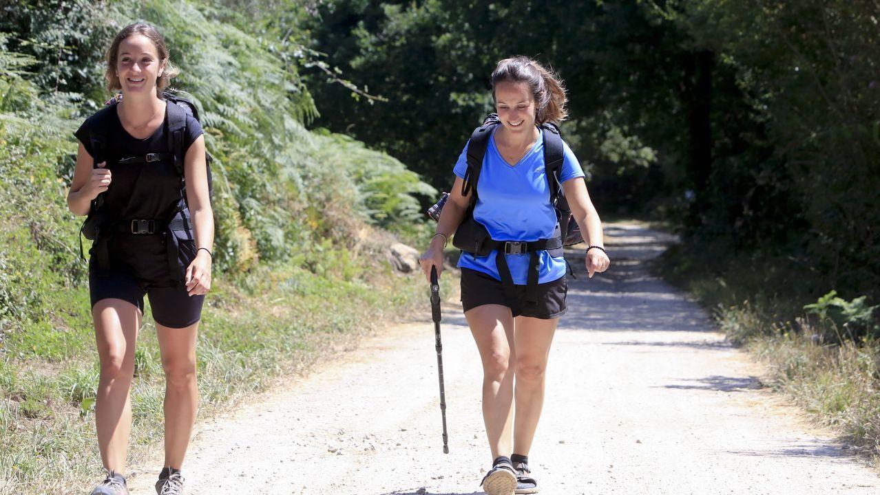 Armiche Bello, alquimista canario asentado en Galicia.Peregrinas en el Camino Primitivo en los alrededores de Lugo el pasado mes de julio