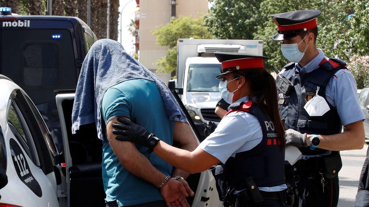 Mossos d'esquadra custodian a uno de los detenidos en la operación contra el terrorismo yihadista que llevan a cabo desde primera hora de la mañana en el distrito de Ciutat Vella de Barcelona