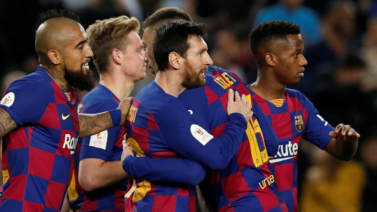En streaming: sorteo de semifinales de Copa del Rey.Lolo disputa un esférico con Jonathan Viera