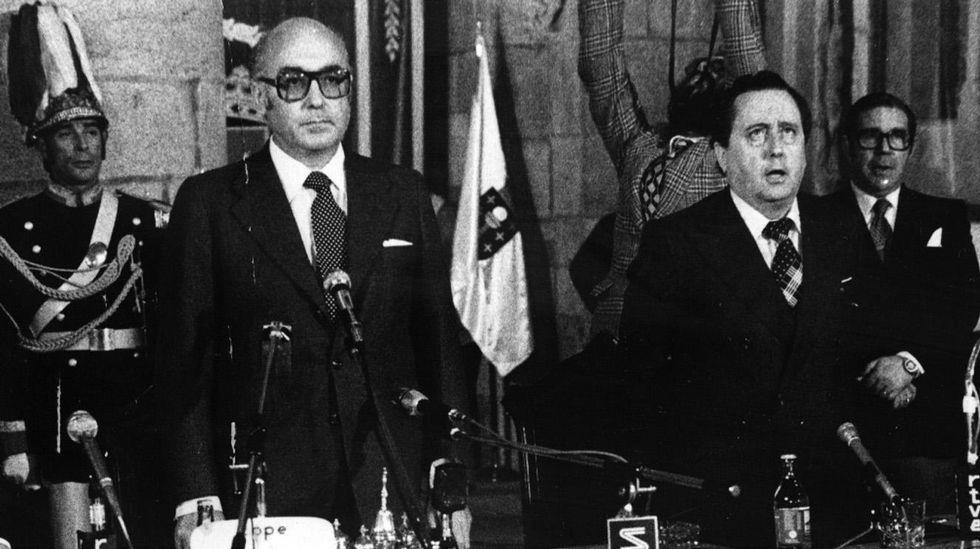 Cabanillas, a la derecha, durante la constitución de la Xunta preautonómica, en 1978