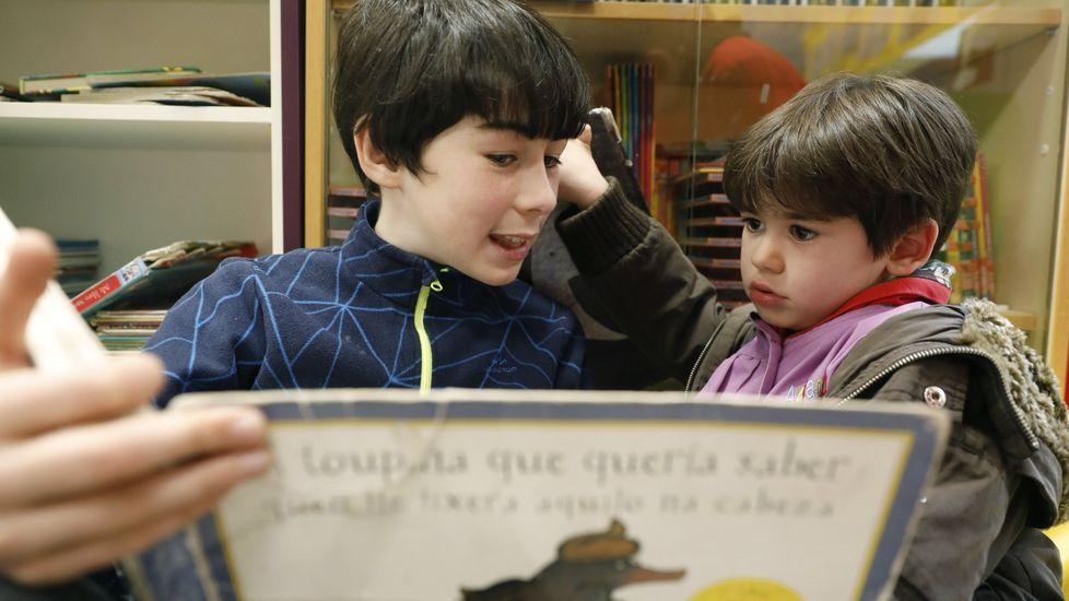 Imagen de archivo de dos niños de Ourense leyendo un cuento. En Galicia las campañas de lectura en los centros educativos se aplican con éxito desde hace quince años