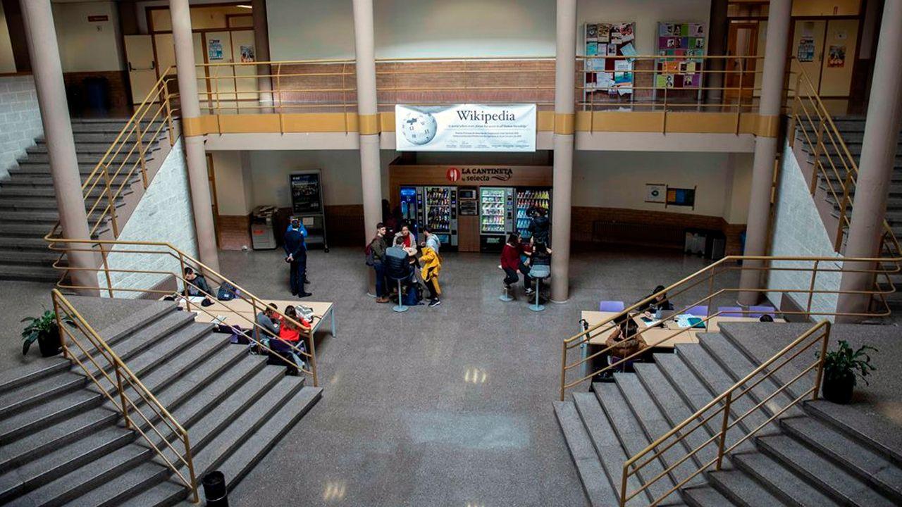 Máquinas expendedoras de alimentos y bebidas en una facultad de la Universidad de Oviedo