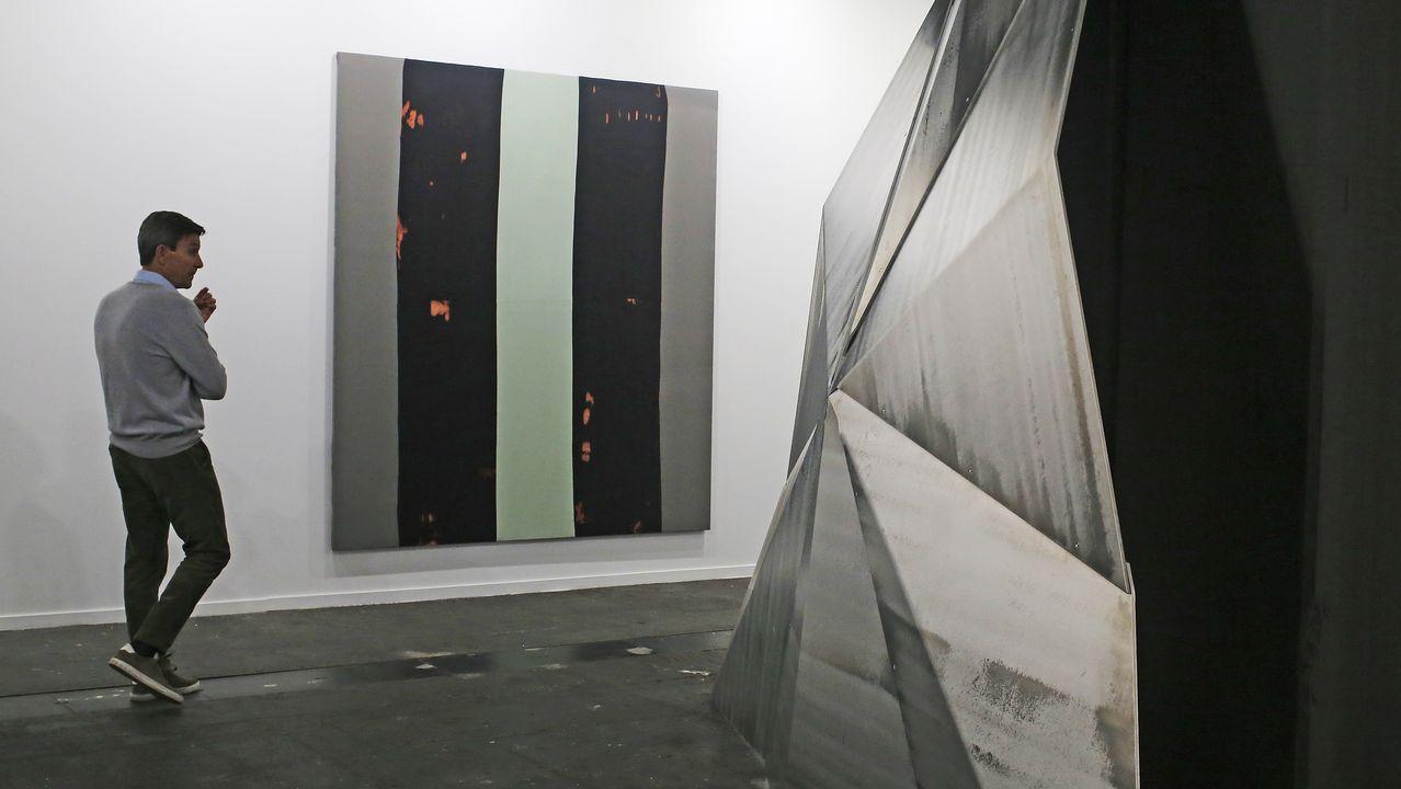 Una pintura de Armando Andrade Tudela realizada con lejía sobre denim y una escultura de Asier Mendizabal en la bilbaína Carreras Múgica
