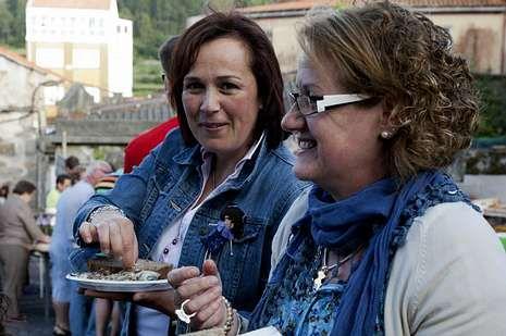 Las hermanas Lola y Carmen Rial y la concejala Sandra Insua disfrutaron de la sardiñada organizada en A Ponte do Porto.