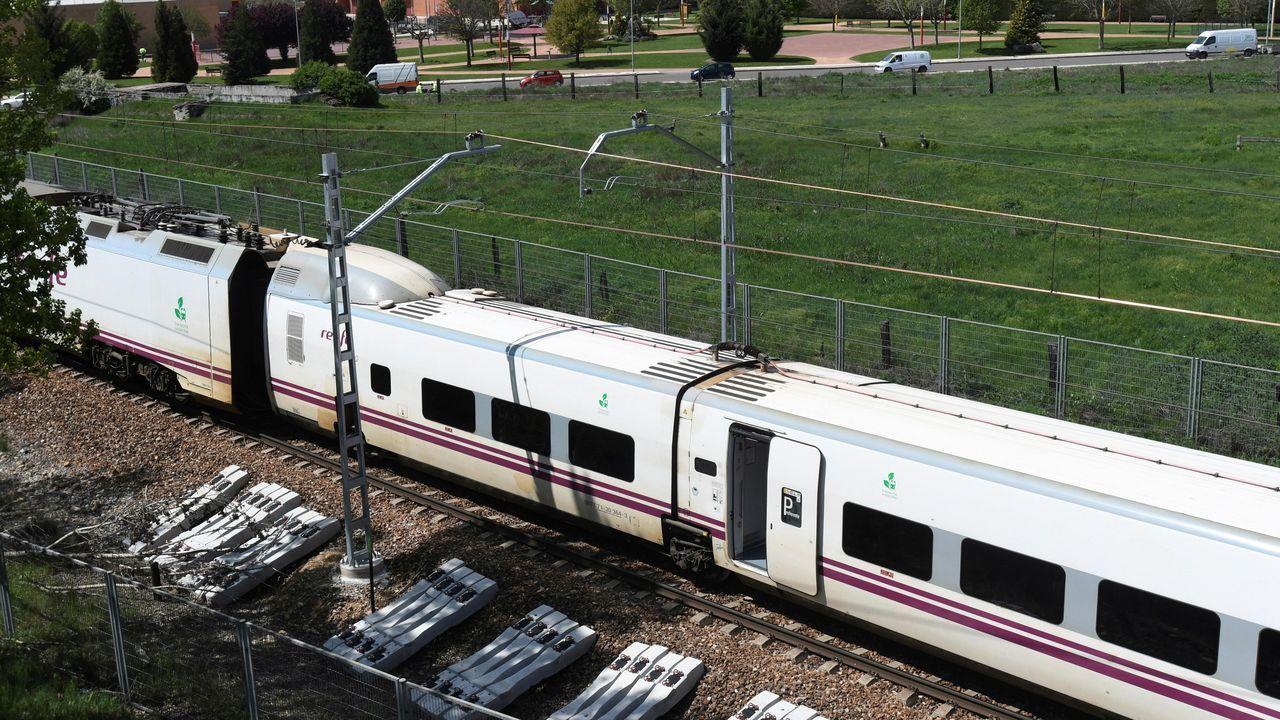 Vista del tren Alvia tras descarrilar en las cercanías de León