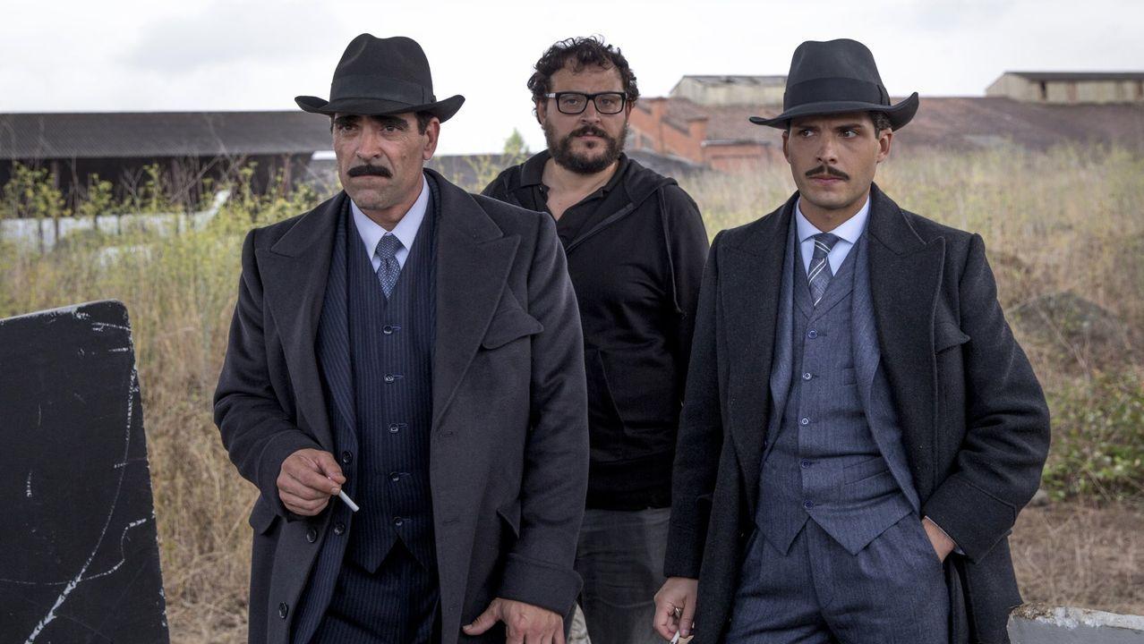 Dani de la Torre, no centro da imaxe, posando durante a rodaxe do filme «La sombra de la ley», que contou co actor lugués Luís Tosar no elenco