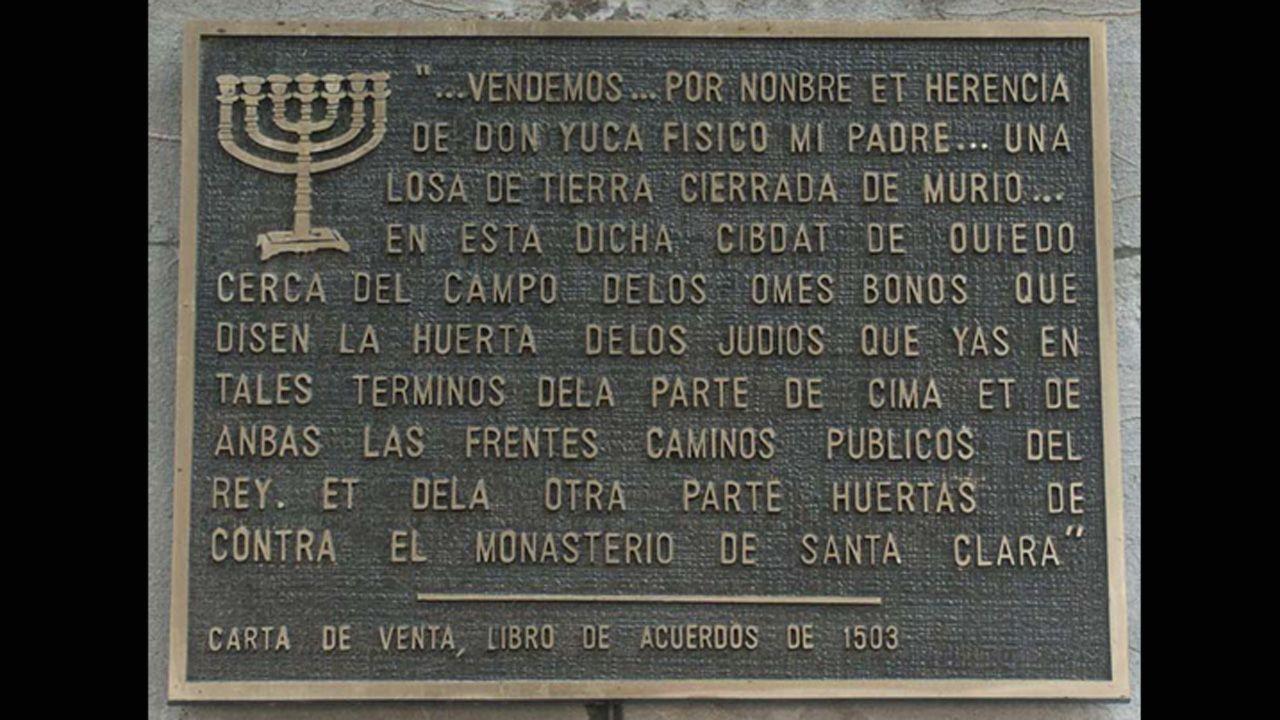 Placa en el lateral del Campoamor que plasma el documento de venta del solar, cuando era un cementerio.