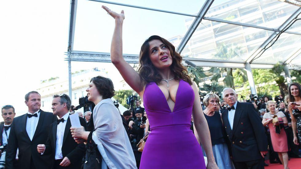 También mucha presencia latina hoy sobre la alfombra, con Salma Hayek, que llevaba un vestido violeta con escote de vértigo