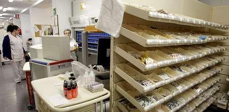 Un millar de enfermos crónicos recogen sus medicamentos en las farmacias de hospitales como el de A Coruña (en la imagen).