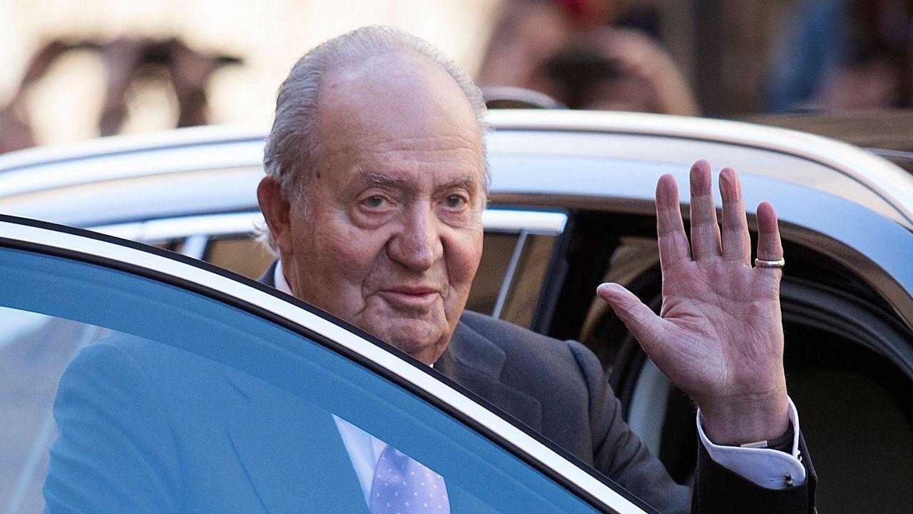 Una alumna más en el Baudilio Arce.El entonces rey Juan Carlos I saluda a Corinna zu Sayn-Wittgenstein en Barcelona, en una imagen del 2006