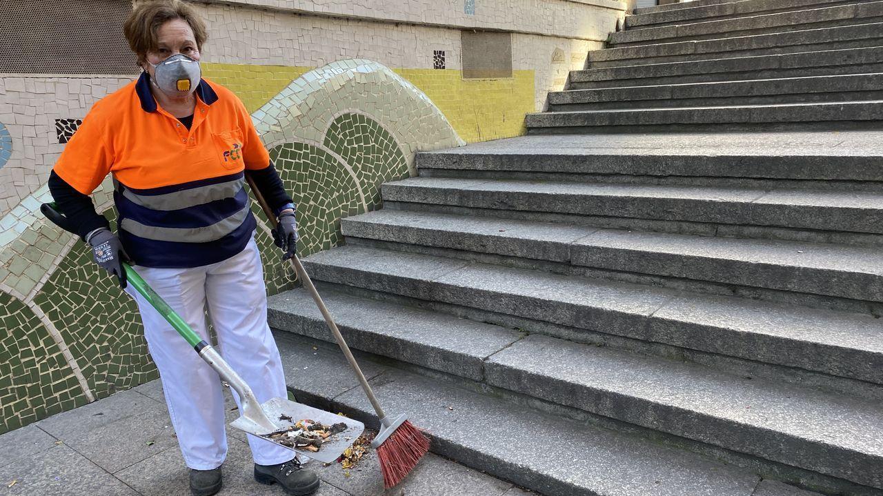 Veciños de Cortegada confeccionan mascariñas nas casas para repartir entre os veciños.Maria Esther Guerra, limpiadora del servicio municipal de O Barco.