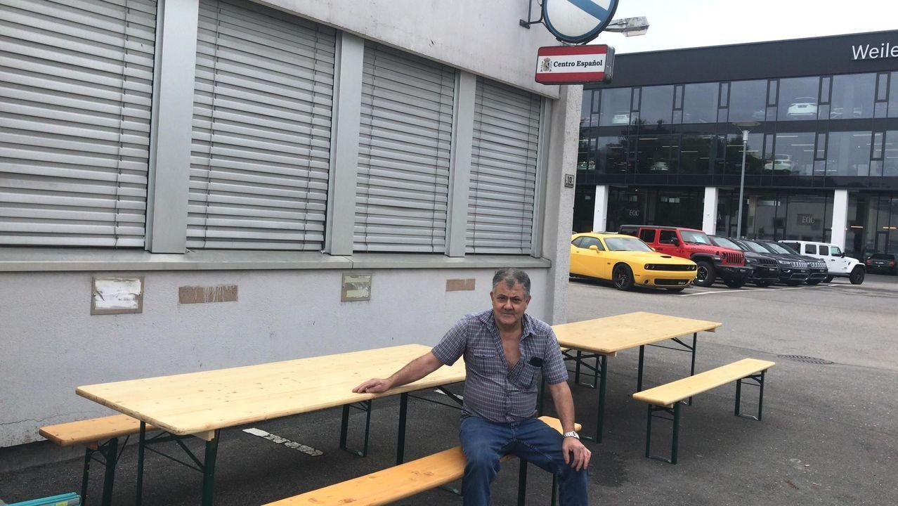 Exterior del centro español Santiago Apóstol de Liechtenstein, en Schaan. En la imagen, el gerente del bar, natural de Muxía. El pasado fin de semana pudo reabrirlo