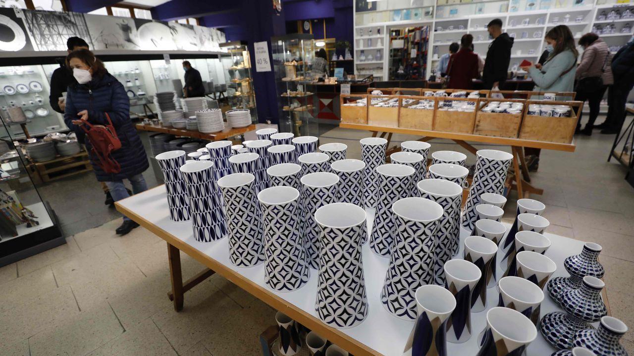 Numerosos clientes pasaron este viernes por la galería cervense de Sargadelos
