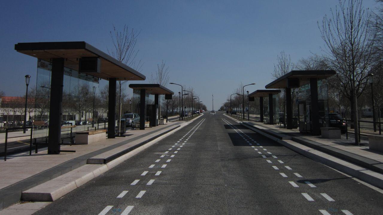 Nimes. En el 2012 se inauguró la línea T1 de altas prestaciones. Como en el caso de Ruán, la línea usa carriles exclusivos marcados con señales viarias intermitentes que el sistema de guiado óptico del bus usa como referencia. Ese mecanismo le permite estacionar con la precisión de un tranvía.