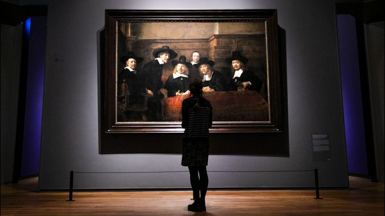 Una visitante del Rijksmuseum contempla el cuadro de Rembrandt «Los síndicos de los pañeros»