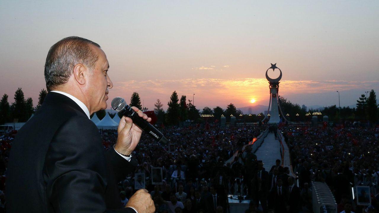 Miles de personas celebran en Turquía el primer aniversario del golpe de Estado fallido.El presidente Erdogan