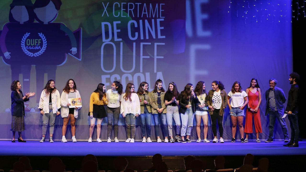 Alumnos del IES Isaac Díaz Pardo recogen el premio por  Deámoslle voz