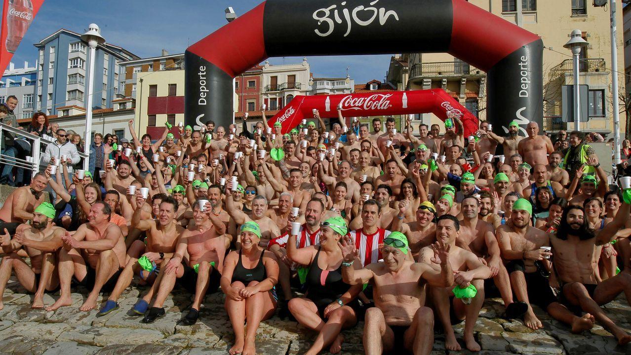 166 hombres y 43 mujeres posan tras competir en la Travesía de Navidad de Gijón