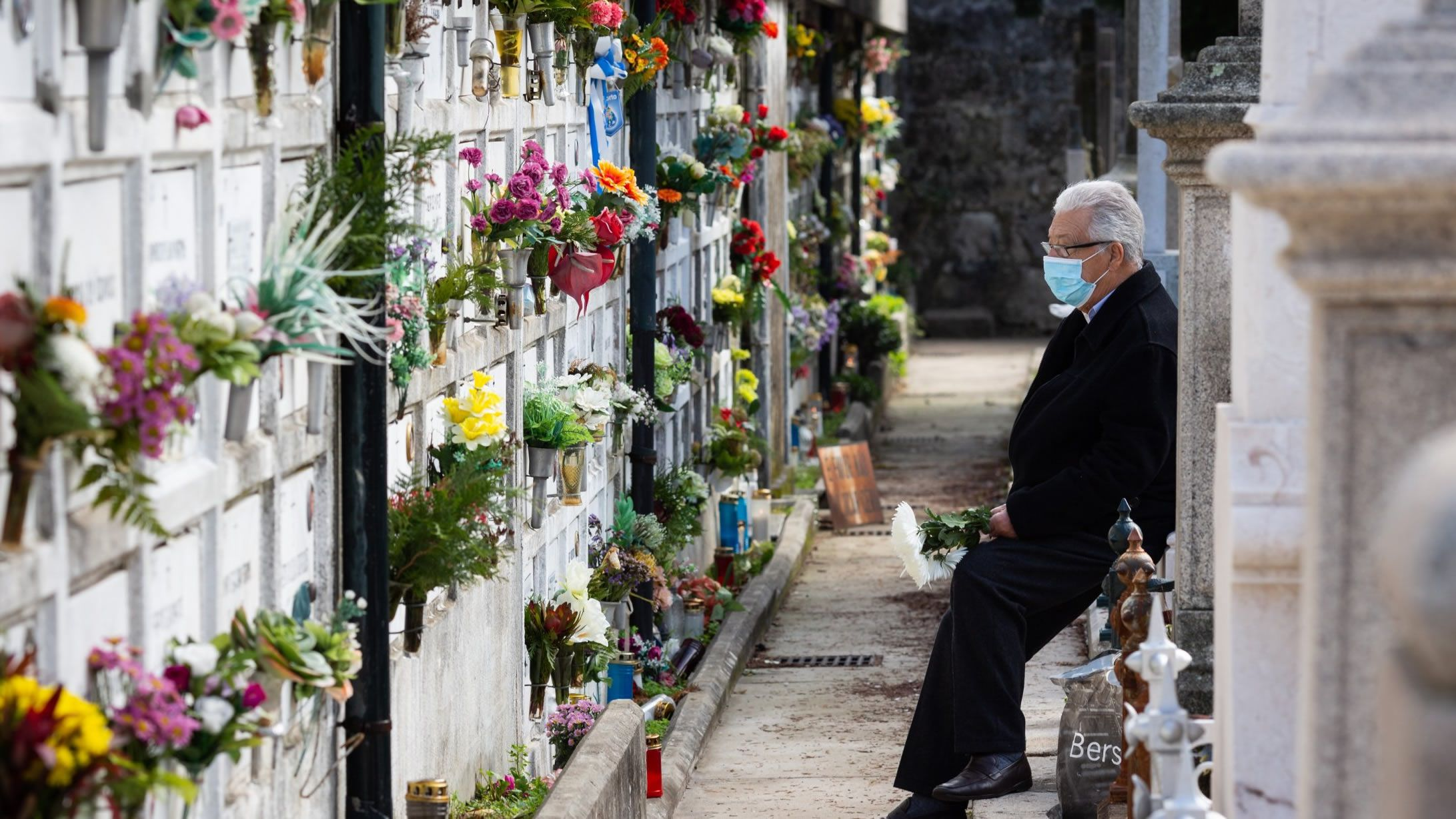 Un hombre con mascarilla en un cementerio de Oporto, donde han aumentado las muertes